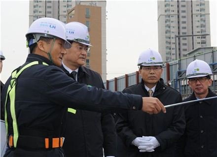 서승환 국토교통부 장관(왼쪽 두 번째)이 19일 서울 서대문구 행복주택 가좌지구 현장에서 현장 관계자의 설명을 듣고 있다.