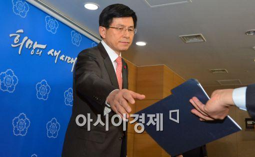 [포토]자료 건네받는 황교안 법무부 장관