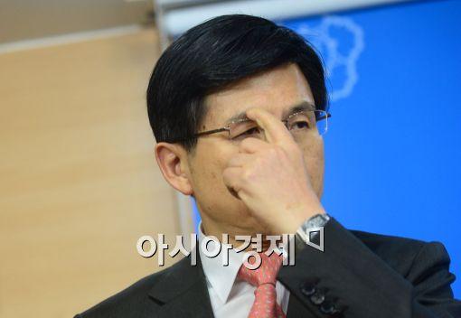 [포토]안경 만지는 황교안 법무부 장관