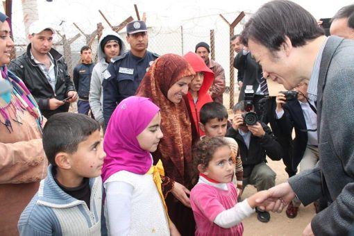 우리외교장관으로서는 처음으로 시리아 접경 요르단 자타리 난민 캠프를 방문해 아이들의 손을 잡고 이야기하고 있다.(사진제공=외교부)