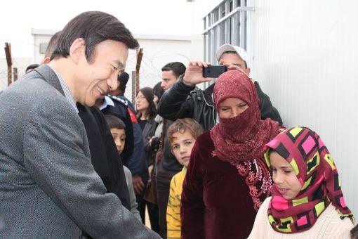 윤병세 외교부 장관이 19일 요르단내 시리아 자타리 캠프를 방문,컨테이너형 숙소를 전달한 뒤 난민들과 이야기하고 있다.(사진제공=외교부)