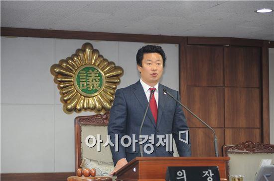 김병권 의장이  폐회사를 하고있다.