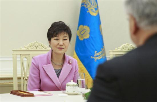 박근혜 대통령이 19일 오후 청와대에서 마이클 혼다 미국 연방 하원의원을 접견해 이야기를 나누고 있다.(사진제공 : 청와대)