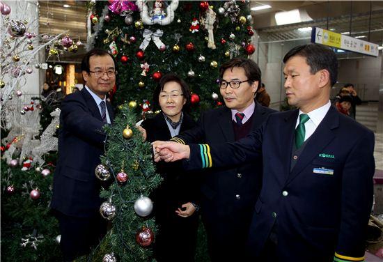 강남구청역사 크리스마스 트리 점등식