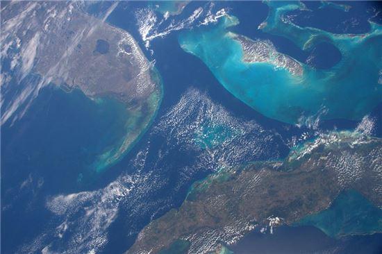▲우주에서 본 미국 플로리다 남부(왼쪽 위)와 쿠바(오른쪽 아래) 그리고 바하마.[사진제공=NASA/테리 버츠]