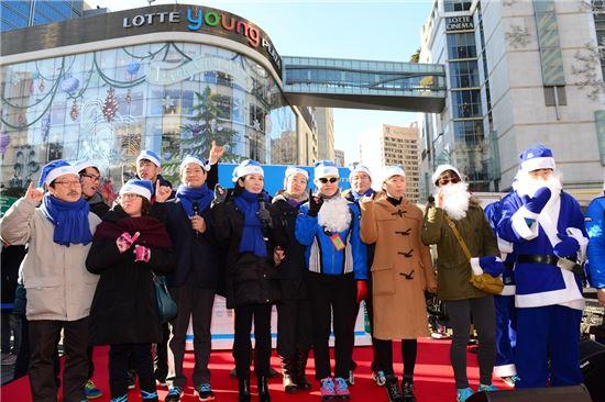 지난 20일 서울 명동에서 진행된 '슈퍼블루 캠페인' 연말 가두 홍보행사에서 롯데홈쇼핑 임삼진 CSR동반성장위원장(왼쪽에서 다섯번 째)과 한국스페셜올림픽위원회 나경원 회장(왼쪽에서 여섯번 째)을 비롯한 관계자들이 '슈퍼블루의 10가지 약속'을 외치고 있다.