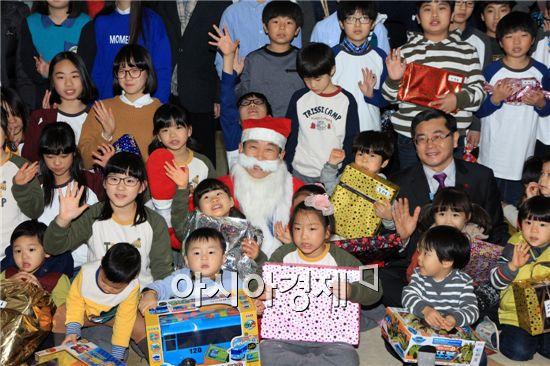 김생기 정읍시장은 지난 19일 아동생활시설인 시기동 '애육원'을 방문하여 장난감과 목도리, 시계 등 준비한 선물을 전달하고 즐거운 시간을 보냈다.