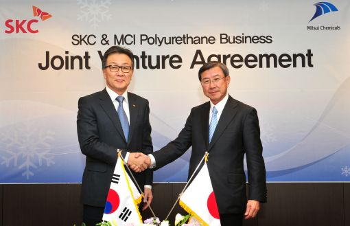 박장석 SKC 부회장(왼쪽)이 22일 타노와 미쓰이화학 사장과 폴리우레탄 합작법인 설립 계약을 체결한 뒤 악수를 나누고 있다.