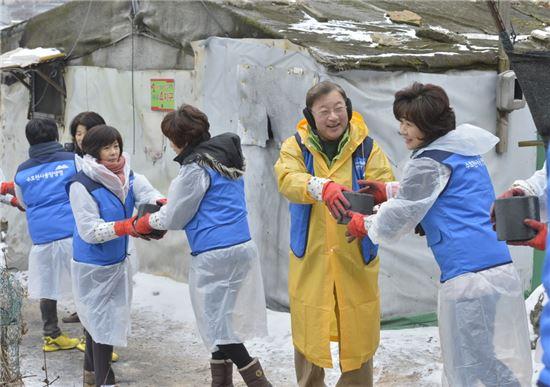 구한서 동양생명 사장(오른쪽 두 번째)과 직원들이 서울시 개포동 구룡마을을 찾아 연탄 나눔 활동을 펼치고 있다.