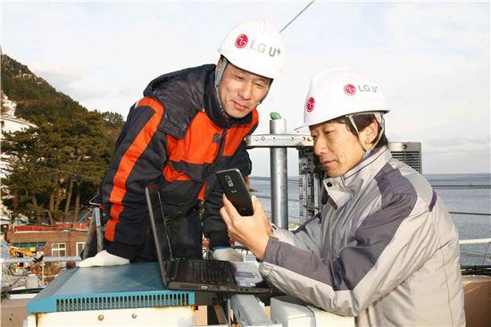 LG유플러스 직원들이 연말연시를 맞이해 전국 각지의 해돋이 명소에서 안정적인 네트워크 제공을 위해 장비 점검을 하고 있는 모습