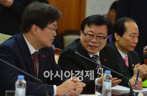 [포토]이야기 나누는 이동필 장관-최양희 장관