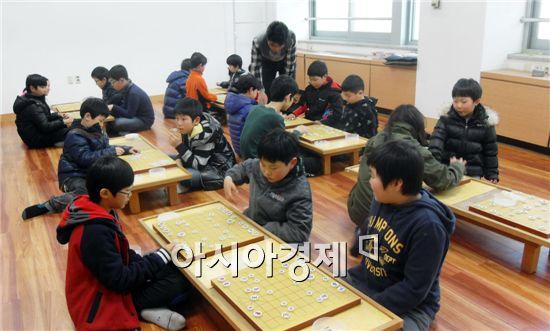 해남도서관에서 장기를 배우고있는 학생들.