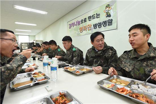 최경환 경제부총리가 24일 육군 1사단을 방문, 병사들과 점심식사를 하며 대화를 나누고 있다.