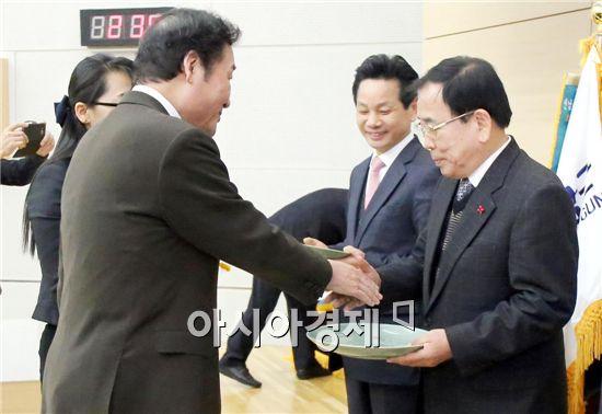 김준성 영광군수(오른쪽)가 이낙연 전남도지사로부터 최우수상을 수상하고 있다.
