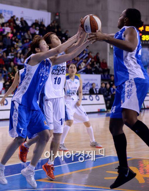 [포토]고아라-박혜진, '리바운드의 주인은 누구?'