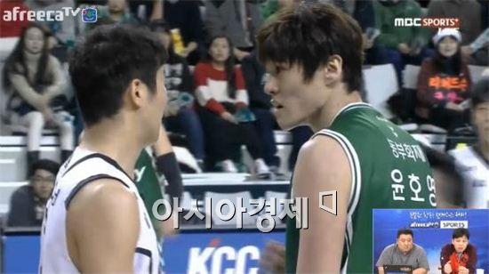 윤호영(오른쪽)과 조성민의 신경전 [사진=아프리카TV 캡처]