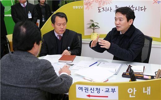 남경필 경기지사가 26일 경기도청에서 열린 '도지사 좀 만납시다' 민원상담 코너에서 민원인과 대화하고 있다.