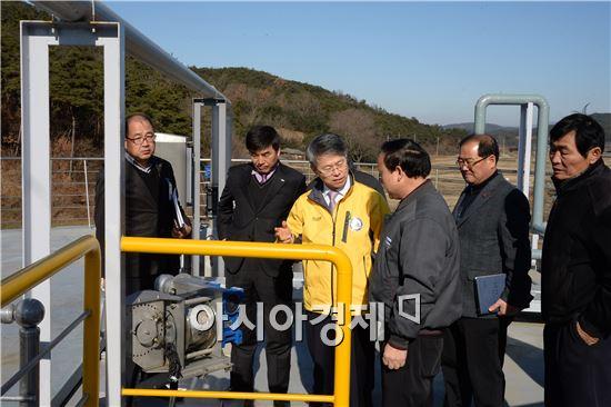 민형배 광주시 광산구청장이 저탄소 녹색마을 사업 상황을 점검하고 있다.