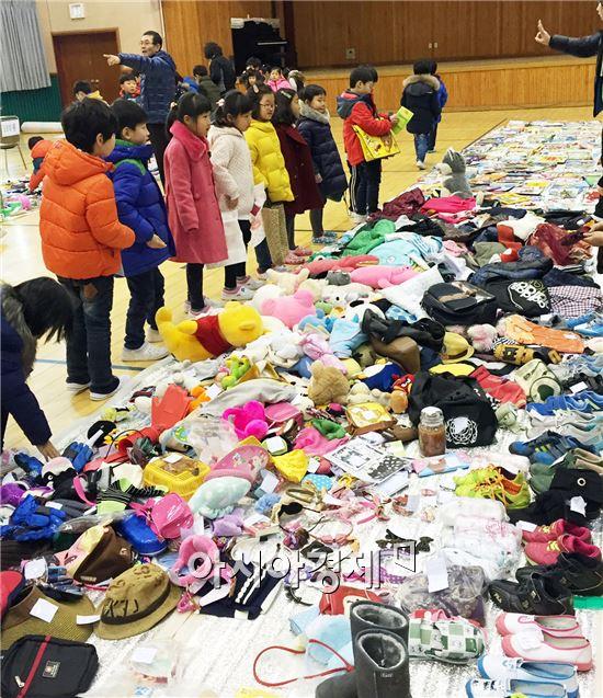 전남 장흥초등학교 학부모회는 지난 23일 교육 공동체와의 나눔과 배려의 문화 정착과 학생들의 바른 경제교육을 위해 학교 체육관에서 바자회를 실시했다.