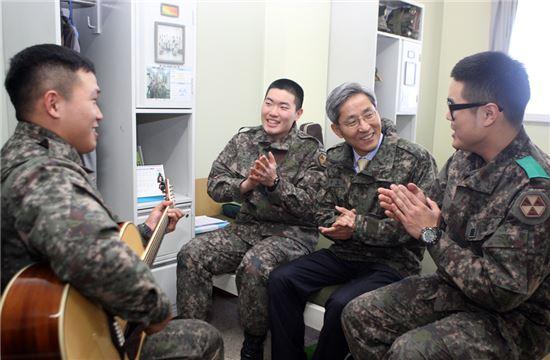 윤종규 회장 겸 은행장(오른쪽 세번째)이 878포병대대 장병들과 인사를 나누고 있다.