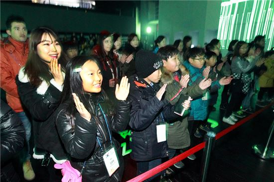 KT는 온라인 멘토링 프로그램인 KT 드림스쿨로 인연을 맺게 된 외국인 유학생 멘토 20명과 전남 신안군 임자도 초등학생 멘티 20명을 서울로 초청해 26일부터 27일까지 멘토링 행사를 가졌다.