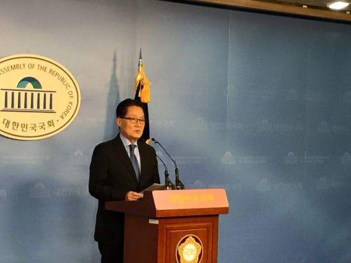박지원 새정치민주연합 의원이 28일 국회 정론관에서 기자회견을 열고 2월8일 전당대회 당 대표 출마를 공식 선언하고 있다.