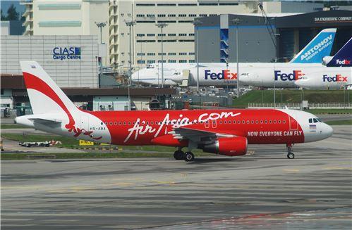 에어아시아가 운항중인 에어버스 A320 항공기가 2007년 싱가포르 공항에 착륙해 있는 장면. 사진=위키피디아