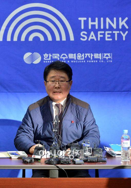 [포토]취재진 질의에 답하는 조석 한수원 사장