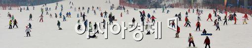 [포토]마지막 휴일 속 스키 즐기는 시민들