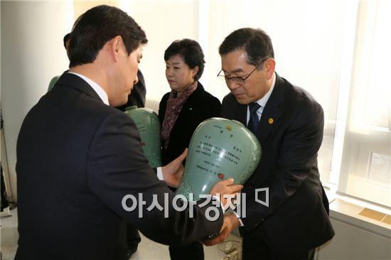 광양시(시장 정현복)가 '2014 토지행정 종합평가'에서 우수기관으로 선정돼 김정종 민원지적과장이 수상을 하고있다.