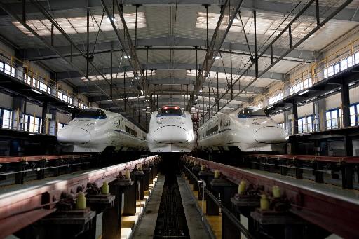 중국 베이징의 정비기지에 있는 고속철도 차량. 사진=블룸버그