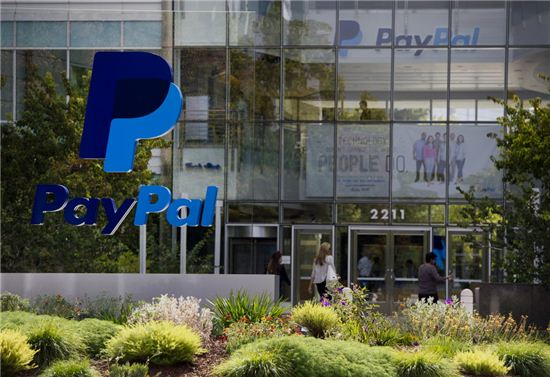 미국 캘리포니아주 새너제이에 있는 이베이 본사 입구에 페이팔 간판이 세워져 있다. 페이팔은 2002년 이베이에 인수됐다. 사진=블룸버그
