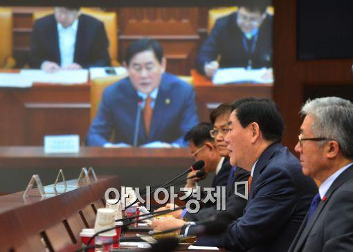 [포토]2014년 마지막 경제관계장관회의 참석한 최경환 부총리