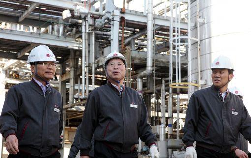 박진수 LG화학 부회장(사진 가운데)이 7일 여수공장을 방문해 임직원들과 함께 현장을 둘러보고 있다.