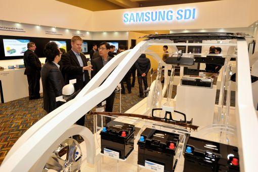 삼성SDI 직원이 12일(현지시간) 디트로이트모터쇼에서 부스를 찾은 고객에게 전기차 배터리와 자동차내외장재에 대해 설명하고 있다.