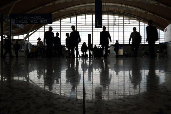 중국 상하이 푸동공항을 오가는 여행자들. 사진=블룸버그