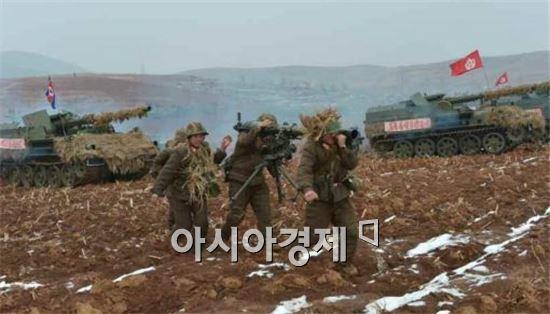 도하훈련에 참가한 북한군이 자행포의 이동에 맞춰 무거운 무반동포(비포)를 옮기고 있다