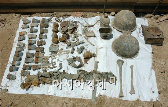 유해발굴감식단에서 발굴한 유해와 유품 자료사진