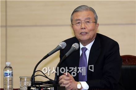 보수 브레인 野로…김종인·윤여준, 같은듯 다른행보