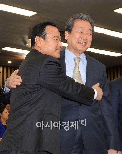 [포토]포옹하는 이완구·김무성