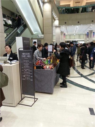지난해 신세계백화점 강남점에서 개최된 해외 유명브랜드 대전에서 고객들이 제품을 고르고 있다.