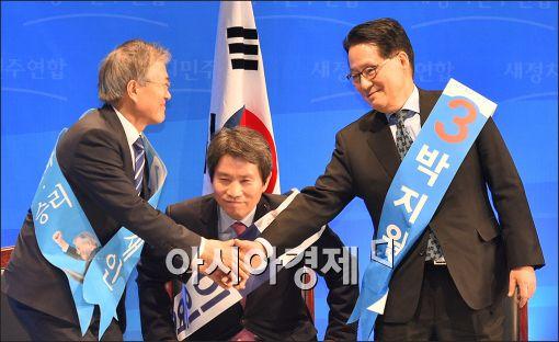 [포토]문재인 대표에게 악수 청하는 박지원 후보
