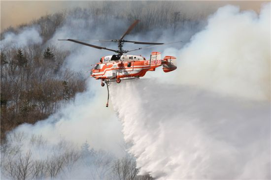 KA-32 산림헬기가 산불을 끄고 있다.