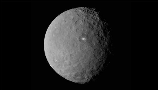 ▲세레스에 밝게 빛나는 부분이 나타나 우주과학자들의 호기심을 자극하고 있다.[사진제공=NASA]