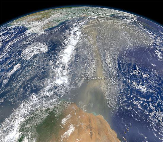 ▲사하라 사막의 모래가 대서양을 건너 북미로 향하고 있다. '이벤트'조에 편성됐다.[사진제공=NASA]