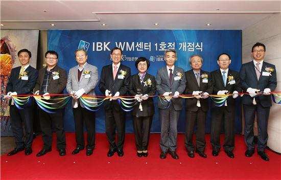 권선주 기업은행장(가운데)과 신성호 IBK투자증권 대표(오른쪽 네 번째) 등이 기업은행 1호 복합점포 'IBK 한남동 WM센터' 개점식에 참석해 테이프커팅을 하고 있다.