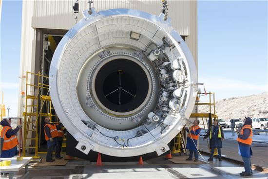 ▲143톤의 발사 능력을 갖춘 SLS가 지상 엔진 실험에 들어간다.[사진제공=NASA]
