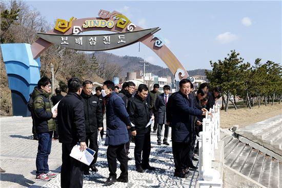 이동진 전남 진도군수가 11일 '진도신비의 바닷길 축제' 성공개최를 위해 현장점검에 나섰다.