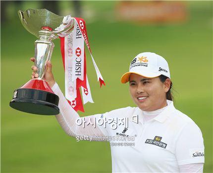 박인비가 HSBC위민스챔피언스 우승 직후 트로피를 들고 기뻐하는 모습. 사진=Getty images/멀티비츠