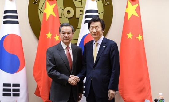윤병세 외교부장관(오른쪽)과 왕이 중국 외교부장.